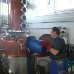 Armin beim Befüllen der Brennblase